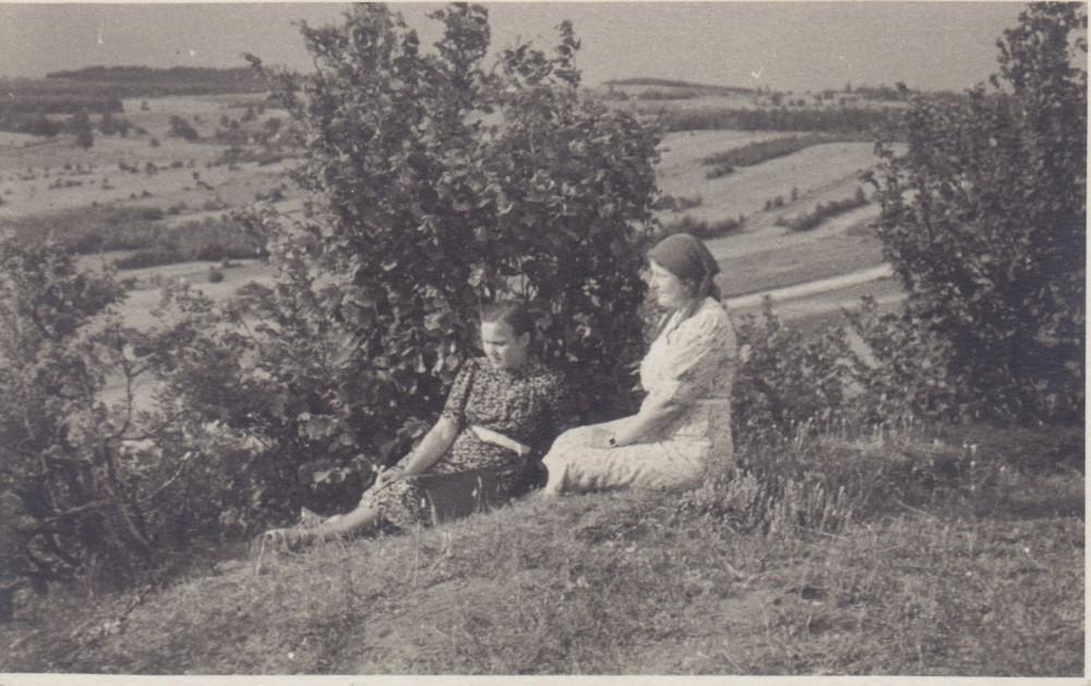 Su V. Sruogiene istorikų ekskursijos po Vilniaus kraštą metu. 1939 m.