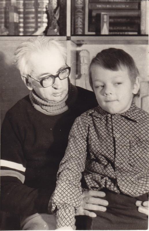 Su anūku Gyčiu namuose Vilniuje. 1985 m.