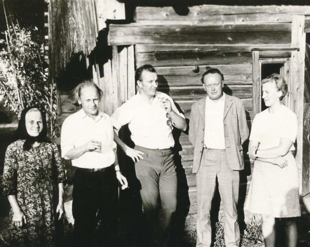 Su artimaisiais tėviškėje po Žolinės atlaidų. Pirma iš kairės – poeto motina Julija Strielkūnienė. 1973 m.