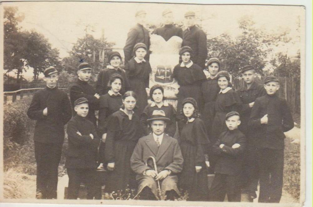 Su bendramoksliais. L. Andriekus – antras iš kairės. Seda, 1932 11 25