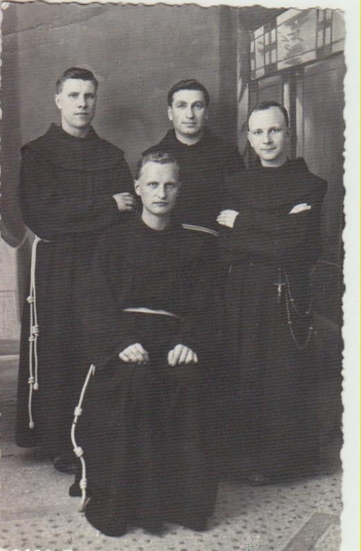 Su broliais pranciškonais. L. Andriekus – pirmas iš dešinės