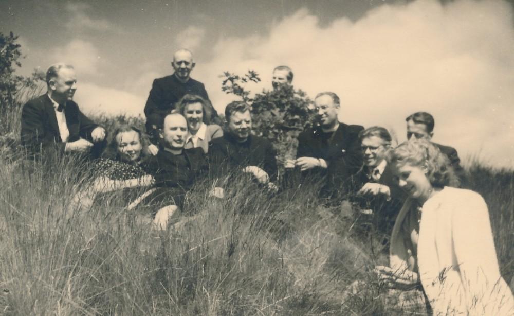 Su draugais ir žmona Nele Mazalaite (antra iš kairės) Spakenberge. J. Kruminas sėdi trečias iš dešinės. 1948 m.
