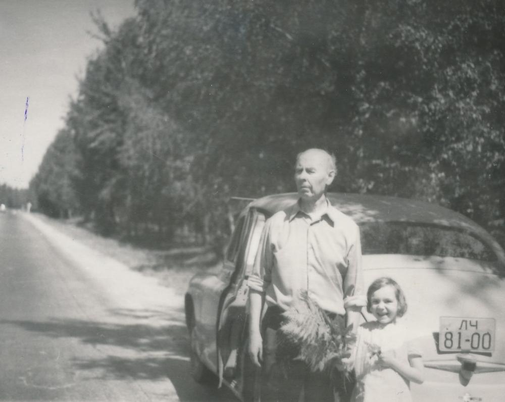 Su dukrele Eglute. Apie 1969 m.