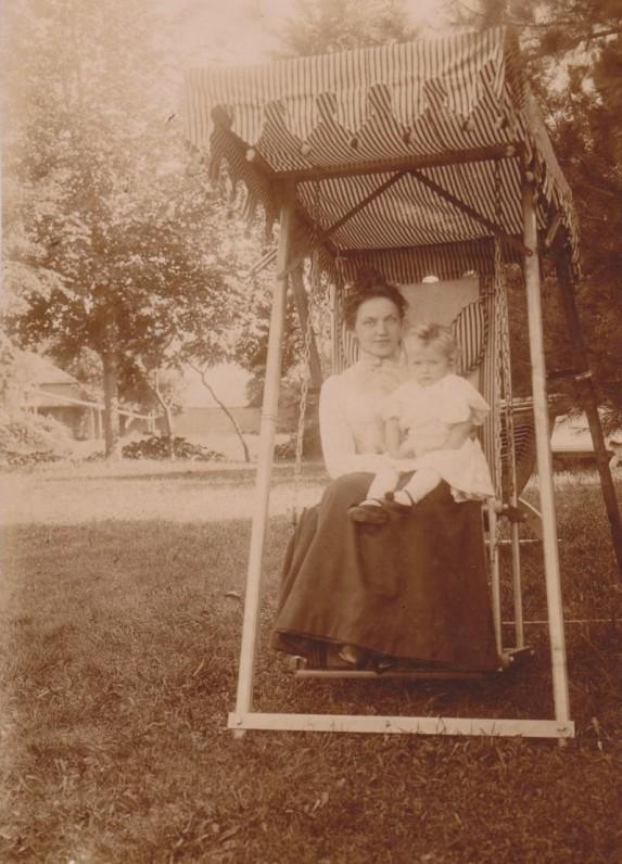 Su mama Jadvyga Paulavičiūte-Daugirdiene. Pavirvytė. 1900 m.