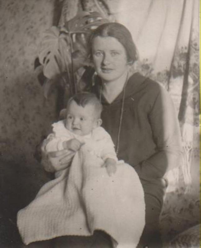 Su mama Vanda Daugirdaite-Sruogiene. Kaunas, 1926 m.