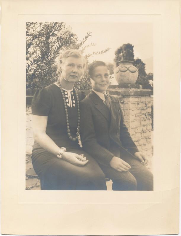 Su mama pirmaisiais mokslo metais Marianapolio kolegijoje. Thompsonas, 1939 m.