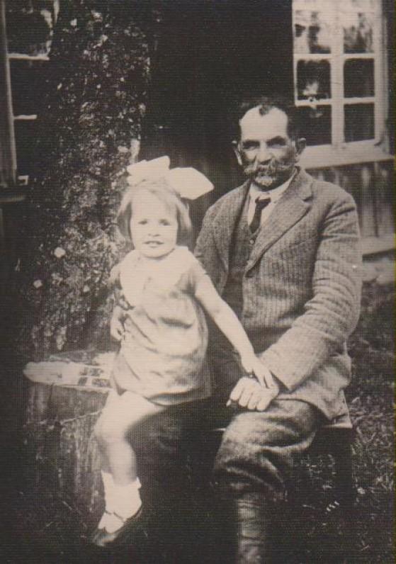 Su seneliu Kazimieru Daugirdu. Būgiai, apie 1928 m