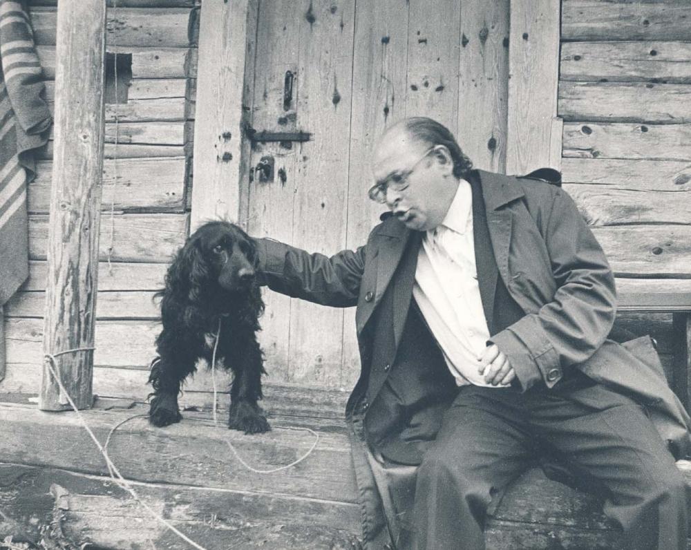 Su šuneliu prie išlikusios klėties. 1984 m. R. Rakausko fotografija