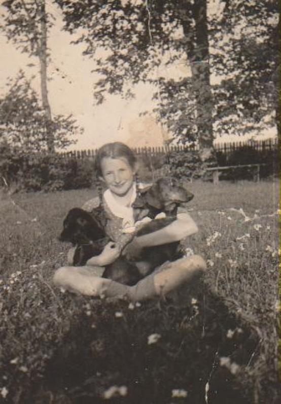 Su šunimis Tobiu ir Dzinguliu. Būgiai, apie 1938 m.