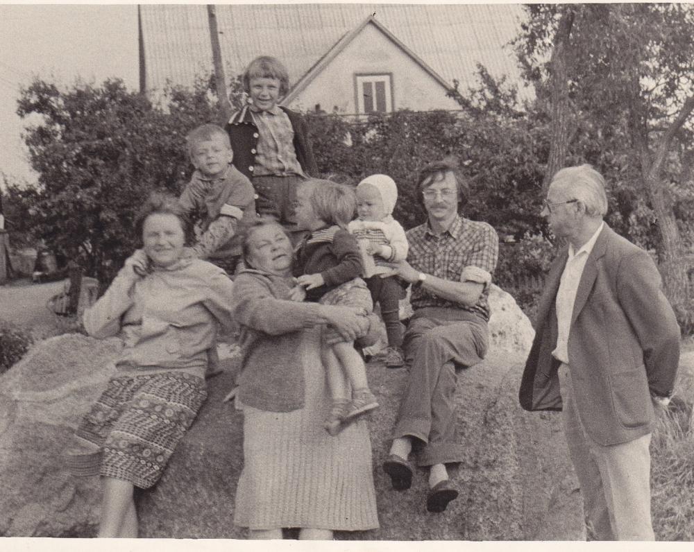 Su sūnumi Valentinu, žmona Aldona, marčia Vanda Juknaite ir anūkais. 1981 m.