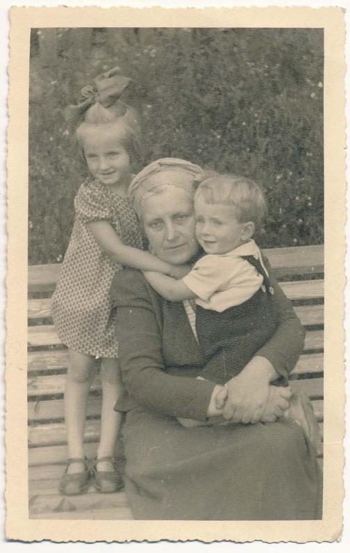 Su vaikaičiais Dalyte ir Kostuku Zubovais. 1943 m.