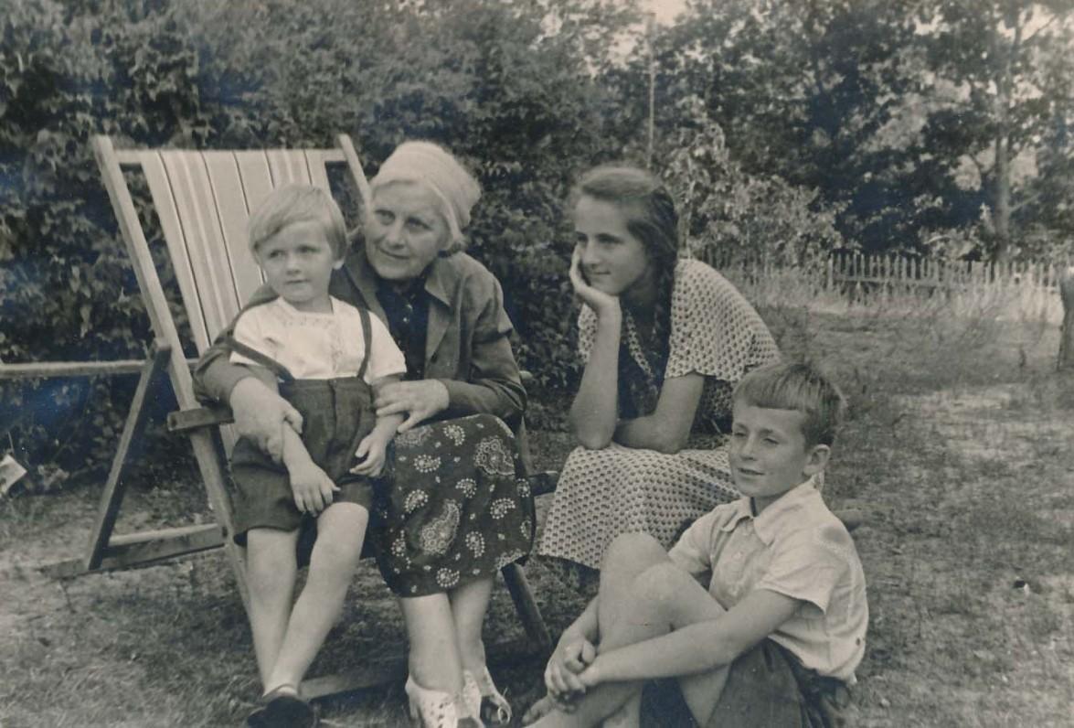 Su vaikaičiais Vytuku, Dalyte ir Kostuku (sėdi) Zubovais. Apie 1952 m.