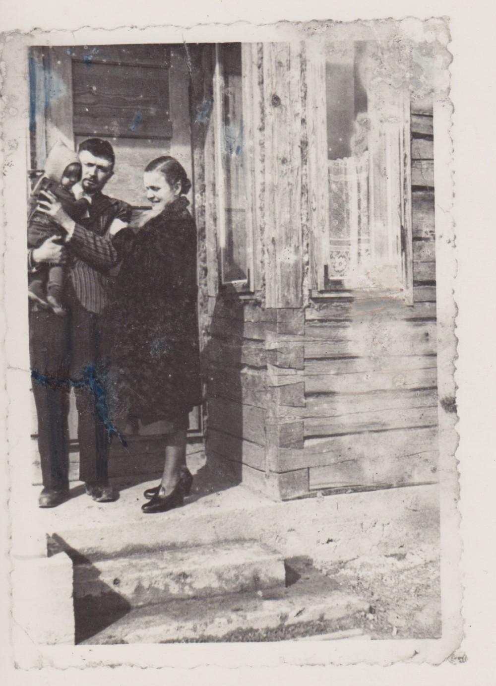 Su vyru B. Buču ir sūnumi Sauliumi prie savo namo. Palemonas. Apie 1938 m.