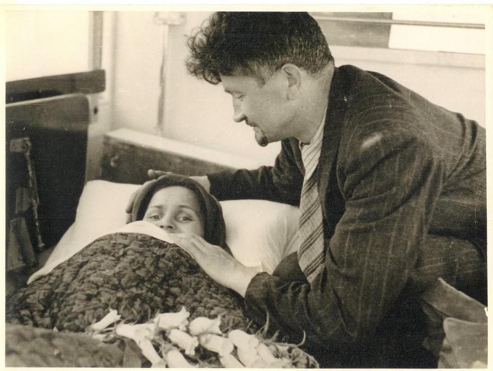 Su vyru sanitarinėje mašinoje pakeliui į Kauno oro uostą. 1945 m. birželio 26 d.