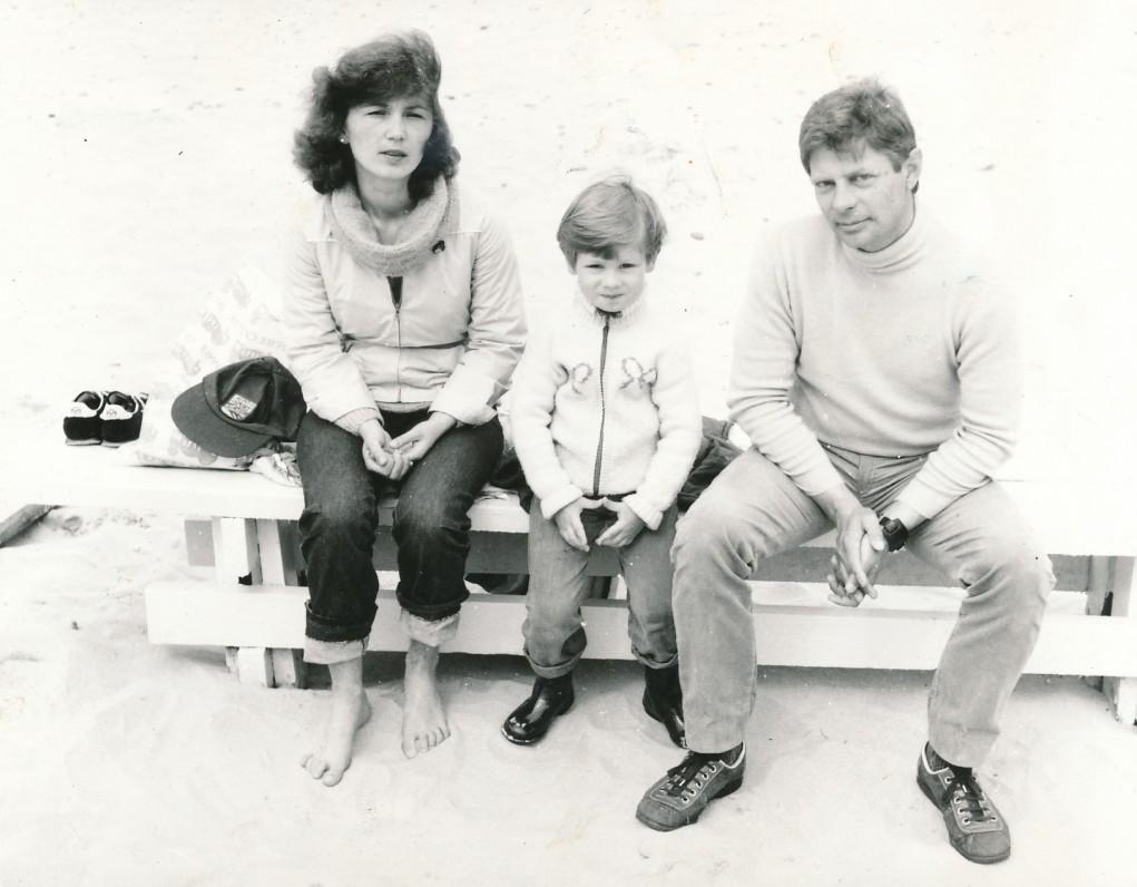 Su žmona Sigita ir sūnumi Mindaugu. Nida, 1983 m.