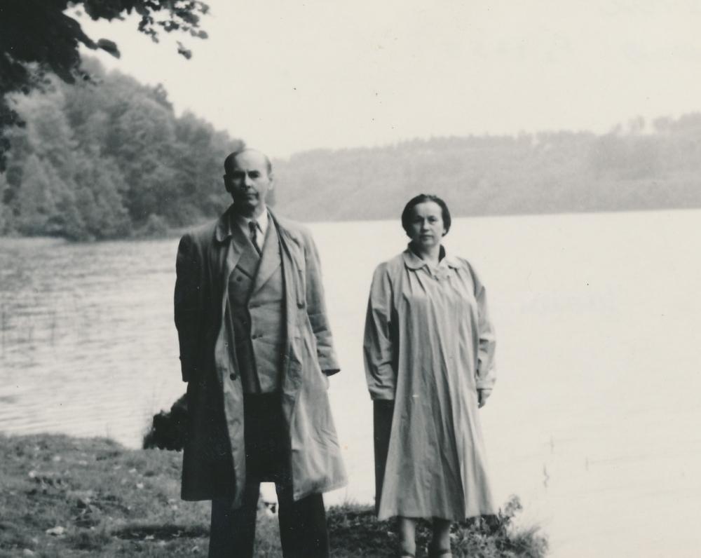 Su žmona Sofija prie Nemuno. Apie 1968 m.