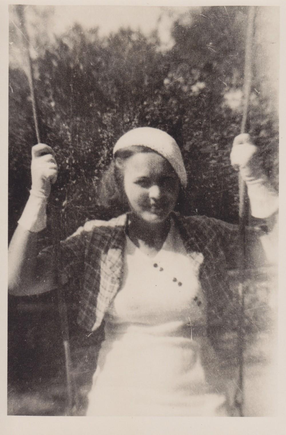 Sūpuoklėse. Panevėžys. 1935 m.