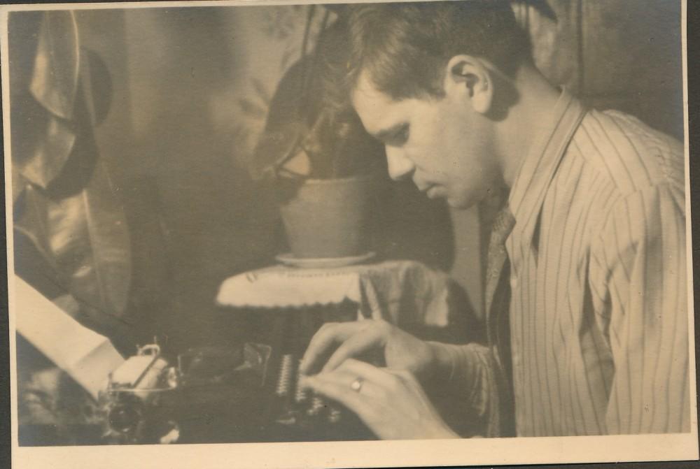 Taip gimsta eilėraštis. J. V. Skuodžio fotografija iš dovanoto albumo. 1941 m.