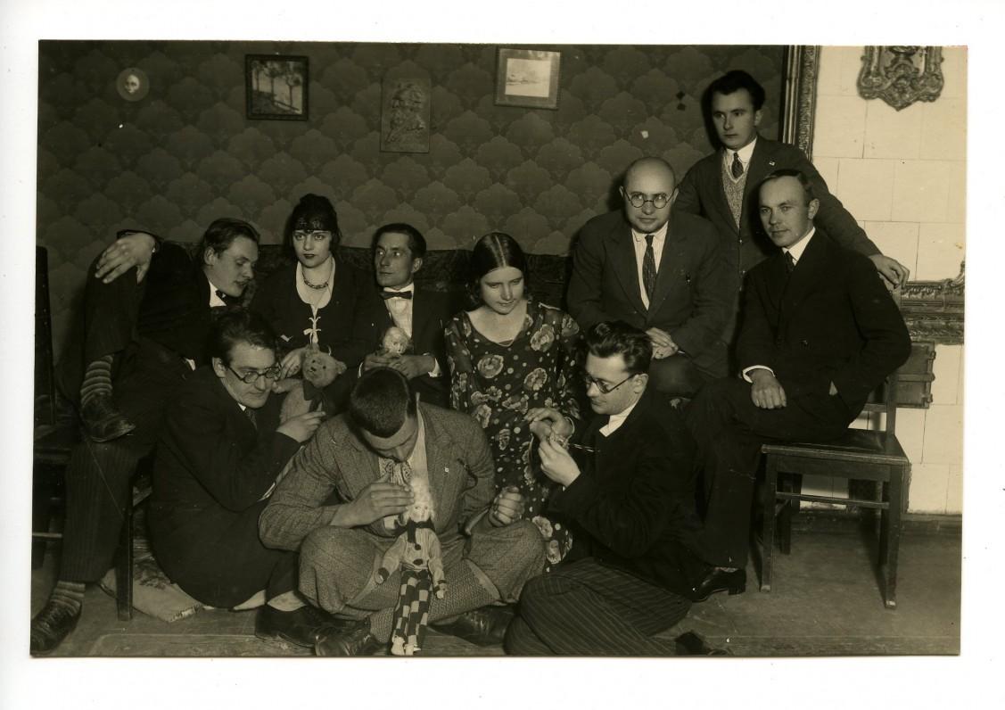 """Teatro """"Žvaigždikis"""" trupė. Apie 1931 m. Originalas saugomas Lietuvos teatro, muzikos ir kino muziejuje"""
