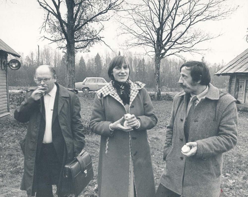 Tėviškėje su bičiuliais – E. Mezginaite ir B. Riboku. 1984 m. R. Rakausko fotografija