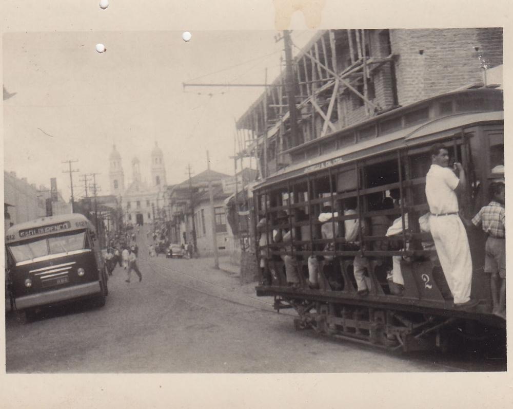 Tramvajus miesto gatvėje. Brazilija, apie 1946–1950 m.
