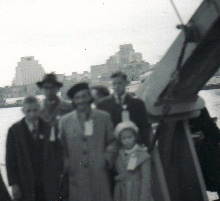 Brazdžionių šeima Bostono uoste 1949 m. gegužės 15 d.