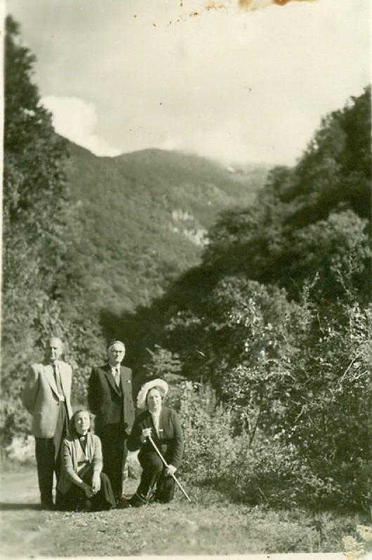 V. Miliūnas, A. Miliūnienė, V. Mykolaitis-Putinas ir E. Mykolaitienė kalnų tarpeklyje. Krymas, apie 1956 m.