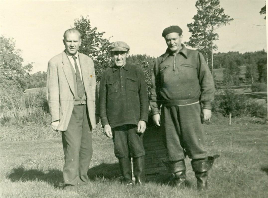V. Miliūnas, Stasys Vainauskas (vienas V. Miliūno apsakymų prototipų ) ir E. Mieželaitis Neringoje