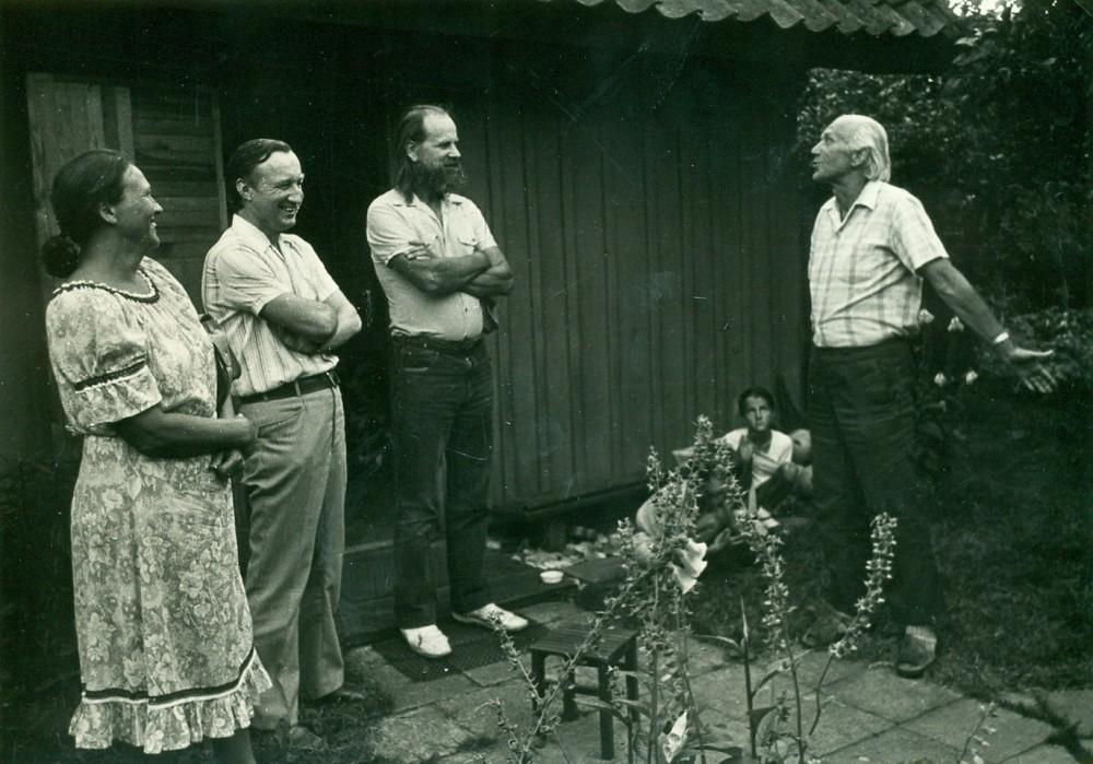 V. Miliūnas, skulptorius V. Jonušas, rašytojas A. Pocius ir A. Miliūnienė prie rašytojo vasarnamio. Nida, 1983 m. O. Pajedaitės nuotrauka