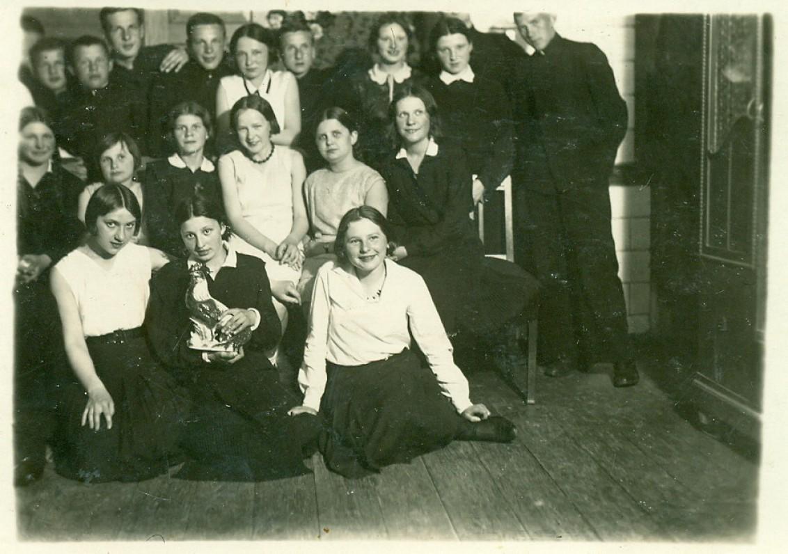 V. Miliūnas studijų metais Vytauto Didžiojo universitete (paskutinėje eilėje pirmas iš dešinės). Kaunas, apie 1935–1939 m.