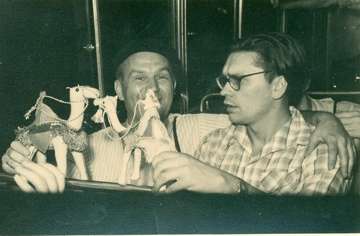 V. Miliūnas su A. Baltakiu žaidžia suvenyrais, atsivežtais iš Egipto. Vilnius, 1958 m.
