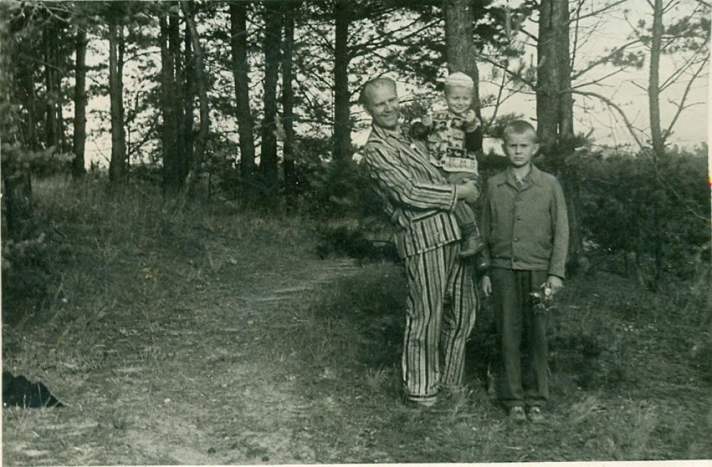 V. Miliūnas su anūkais. Nida, apie 1970 m.