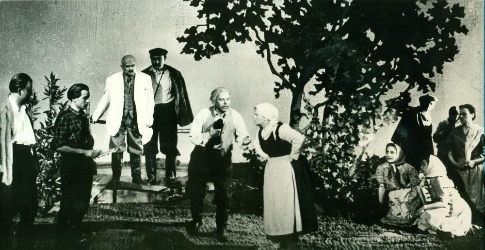 """V. Miliūno """"Še tau, kad nori"""" Lietuvos valstybiniame akademiniame dramos teatre. Rež. R. Juknevičius. Vilnius, 1955 m."""