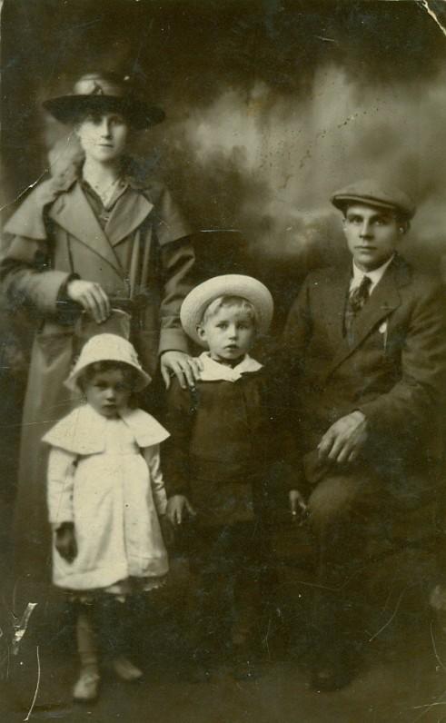 V. Miliūno motina Elena, sesuo Izabelė, V. Miliūnas ir tėvas Viktoras. Blantyras, Škotija, 1921 m.