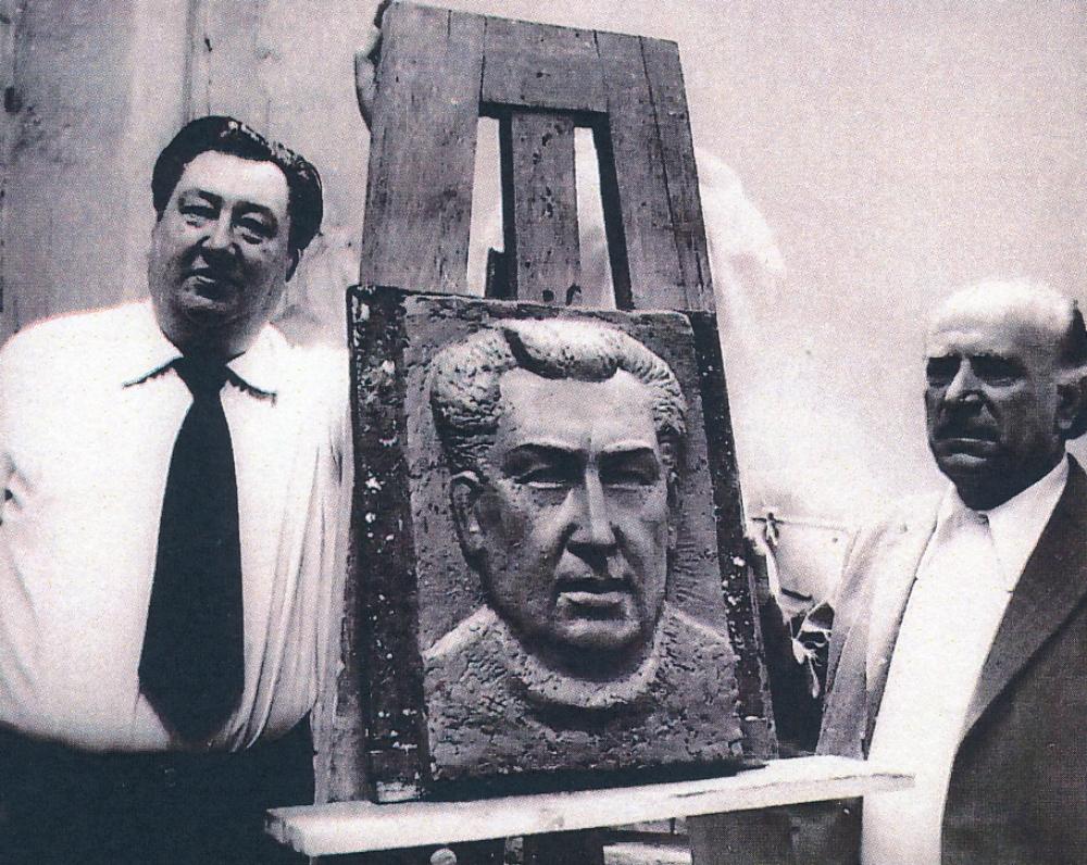 V. Misevičius ir bareljefo autorius A. Dimžlys prie V. Misevičiaus skulptūrinio portreto