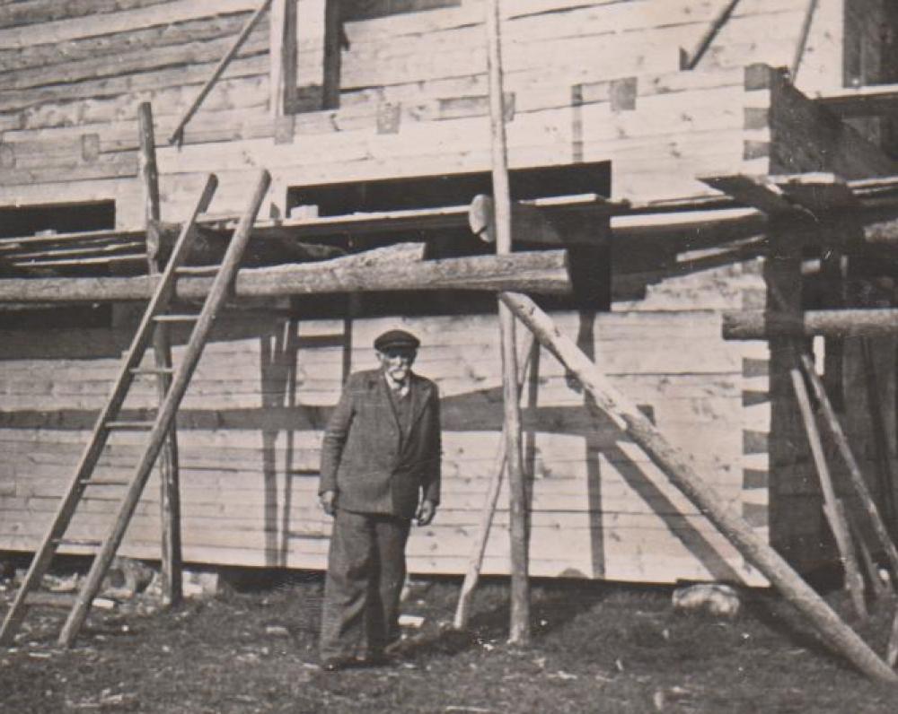 V. Sruogienės tėvas Kazimieras Daugirdas prie ką tik suręsto namo. Būgiai. 1937 m.
