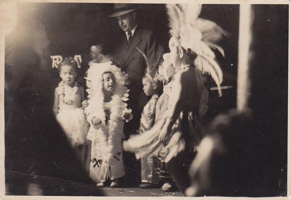 Vaikai pasipuošę indėnų apranga. Brazilija, apie 1946–1950 m.