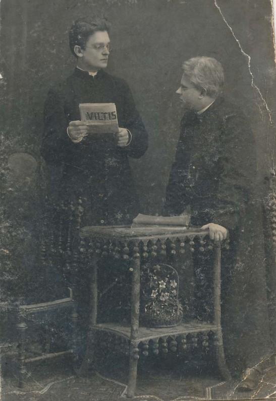 """Vaižgantas perduoda laikraščio """"Viltis"""" redaktoriaus pareigas kunigui Fabijonui Kemėšiui. A. Jurašaičio nuotrauka. Vilnius, 1911 m."""