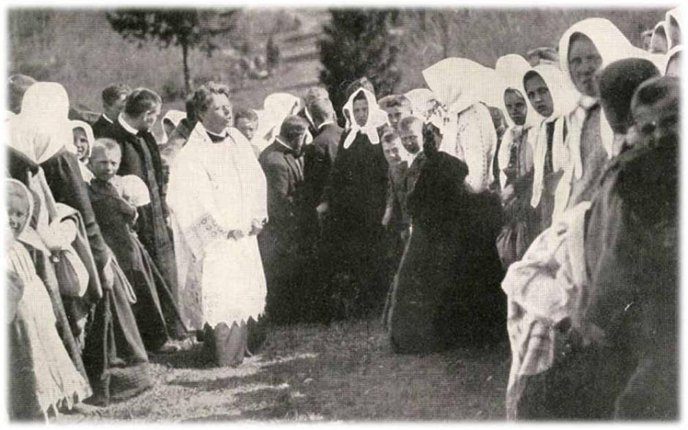 Vaižgantas sako pamokslą ant Girnikų piliakalnio. 1905 m.