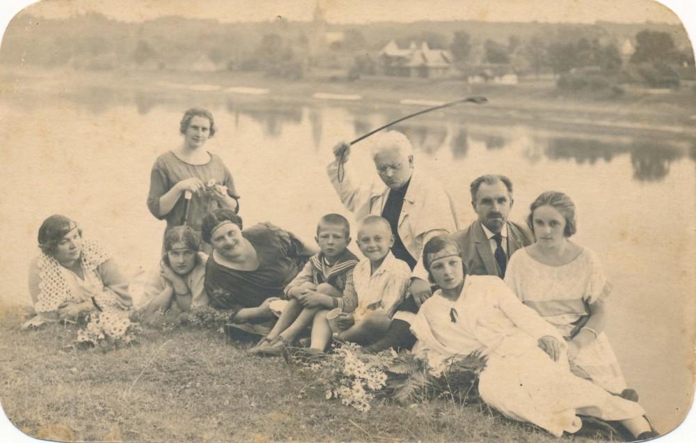 Vaižgantas su Linartų šeima. Birštonas, apie 1924 m.