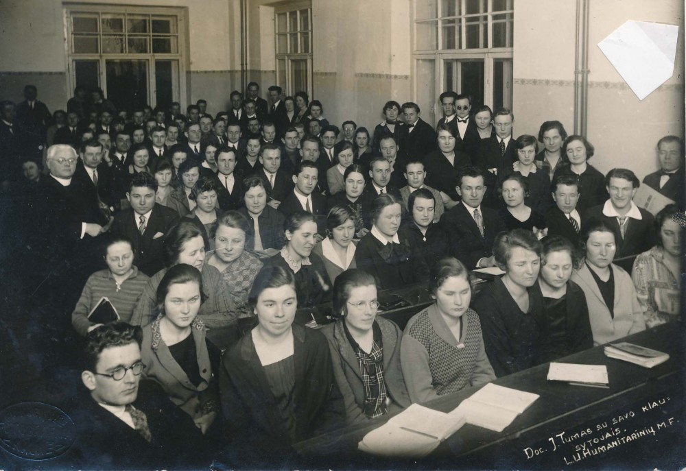 Vaižgantas su savo studentais. Kaunas, 1927 m.