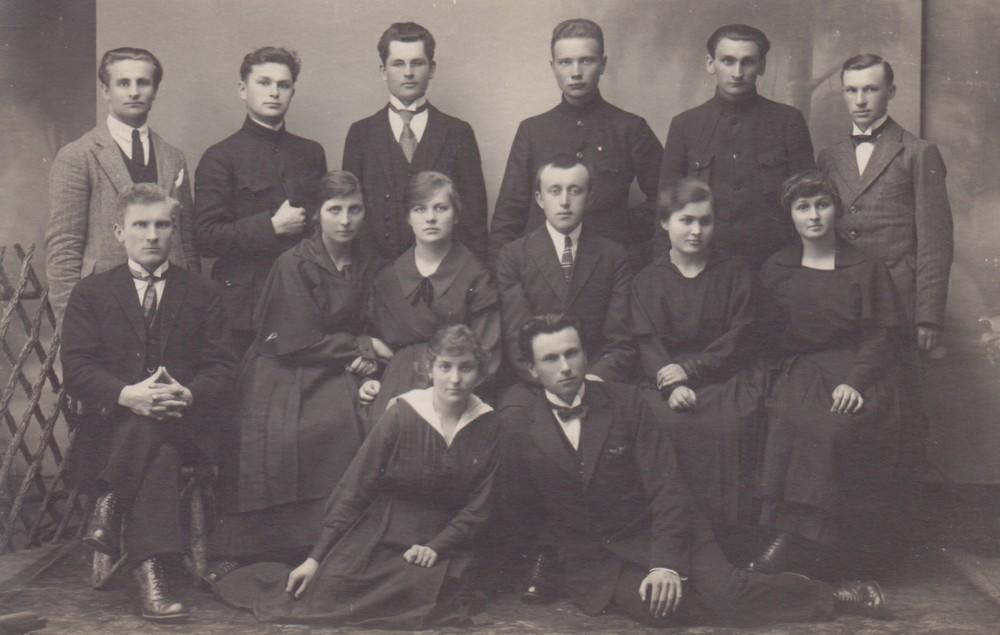 """Vilkaviškio """"Žiburio"""" gimnazijos ateitininkų valdyba. 1924 m. gegužė. Antroje eilėje iš dešinės antra – S. Bačinskaitė"""