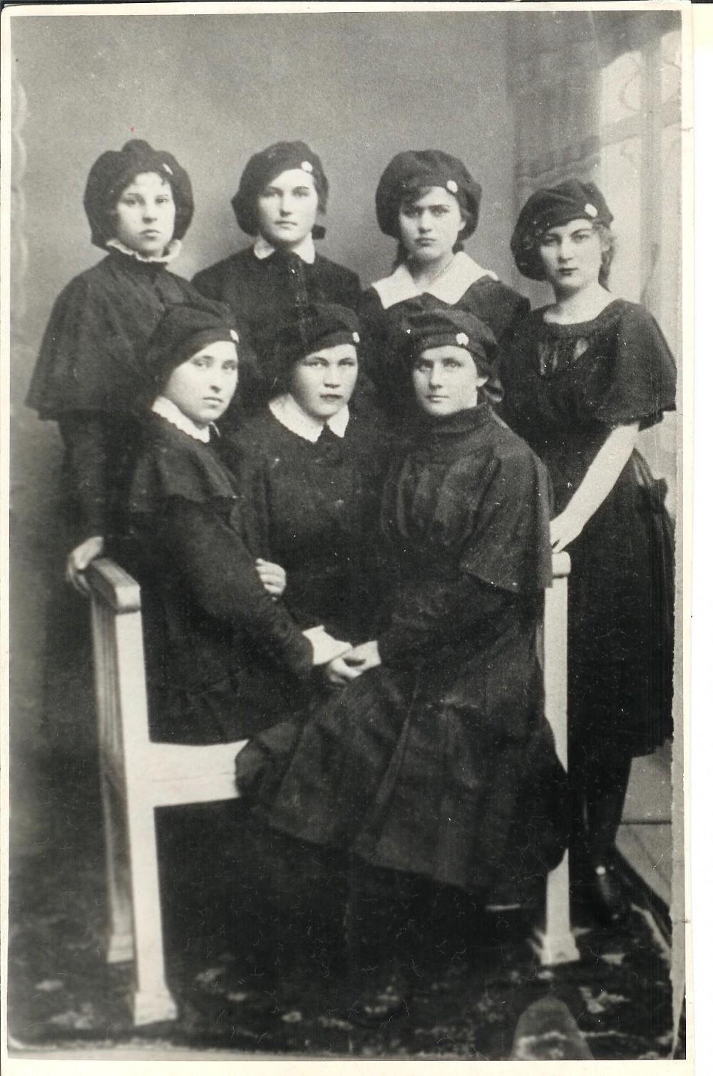 """Vilkaviškio """"Žiburio"""" gimnazijos mokinės. 1922 m. Antroje eilėje iš dešinės antra – S. Bačinskaitė"""