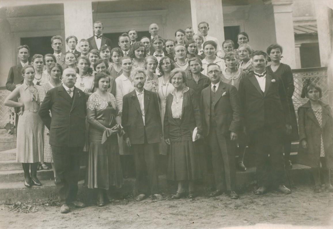 Vydūnas ir Sofija Čiurlionienė (stovi centre) tarp Tilžės jaunimo ir svečių. Pirmas iš kairės spaustuvininkas A. Jagomastas. Apie 1930 m.