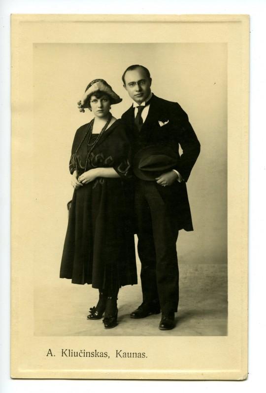 Vytauto Bičiūno ir Natalijos Namikaitės vestuvinė nuotrauka. Kaunas, 1920 m. Originalas saugomas Lietuvos teatro, muzikos ir kino muziejuje