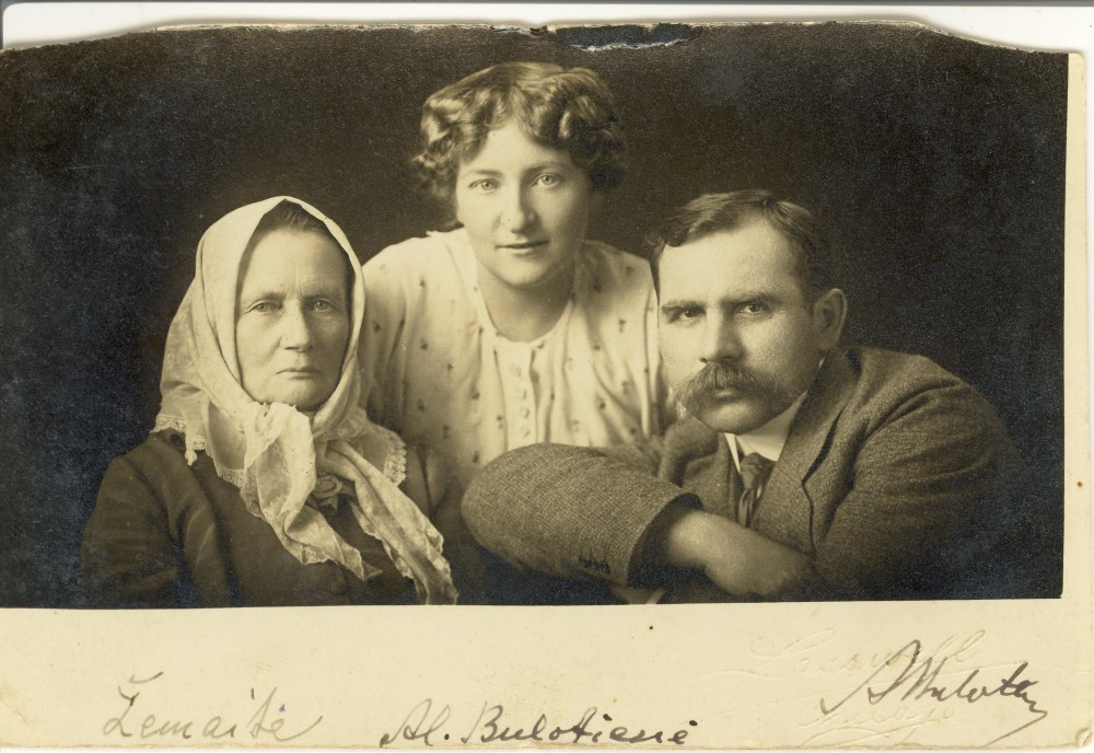 Žemaitė su Aleksandra ir Andriumi Bulotomis Amerikoje. Rašytoja 1916–1921 m. gyveno JAV, lankė lietuvių kolonijas, skaitė paskaitas ir rinko aukas nukentėjusiems nuo karo