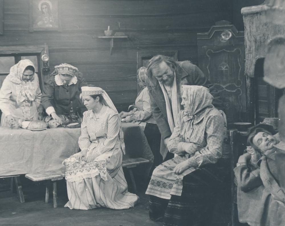 """Žemaitės """"Marti"""" Lietuvos valstybinio akademinio dramos teatro scenoje. 1978 m. Režisierė K. Kymantaitė. Katrė – Eglė Gabrėnaitė. 2"""