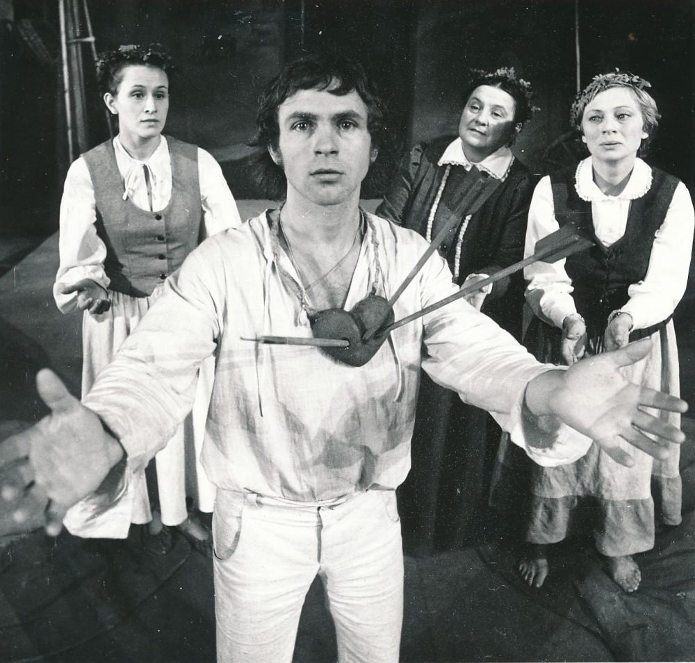 """Žemaitės drama """"Trys mylimos"""" Jaunimo dramos teatre. 1979 m. Režisierius G. Padegimas. A. Zavadskio nuotrauka"""