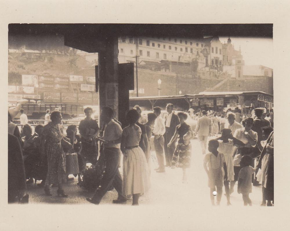 Žmonės miesto stotyje. Brazilija, apie 1946–1950 m.
