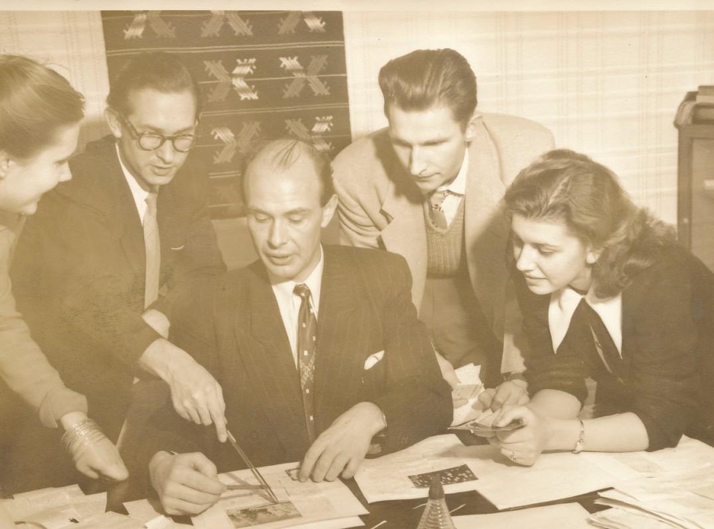 """Žurnalo """"Ateitis"""" redakcija. A. Bendoriūtė, J. Baužys, P. Jurkus, K. Kudžma, G. Macelytė-Sužiedėlienė. Bruklinas, 1952 m."""